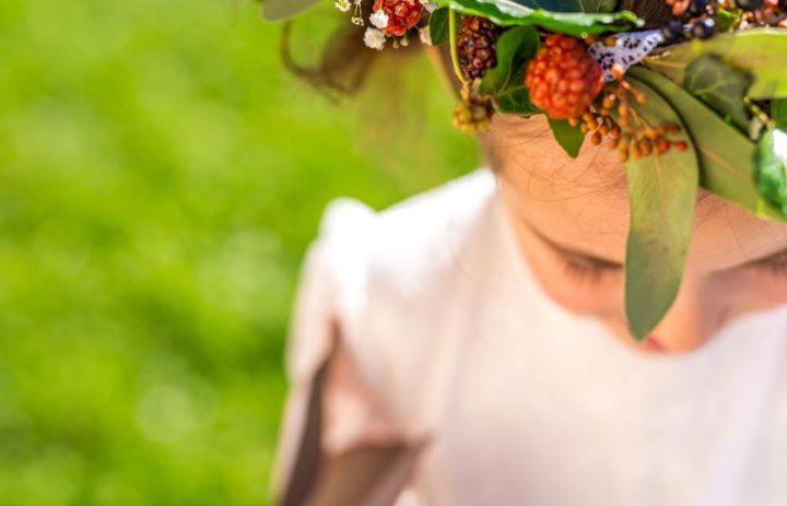 detail-couronne-fleurs-petite-fille-honneur-baies-automne