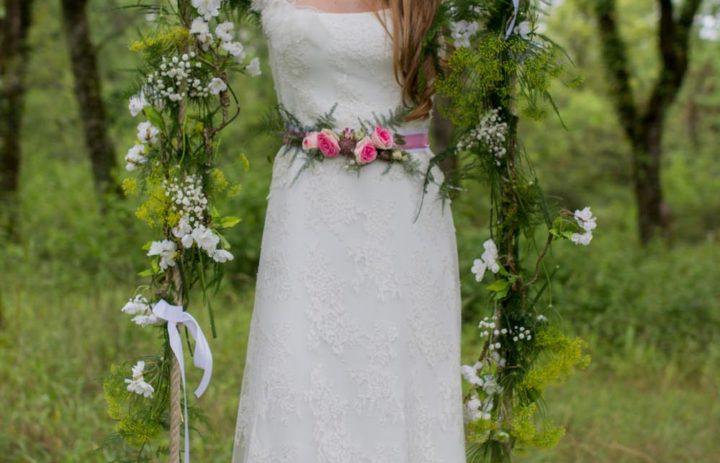 mariee-romantique-balancoire-fleurie-couronne-ceinture-roses-fougere