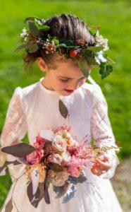 Bouquets de demoiselle d'honneur avec roses pastelles graminée rouge et eucaliptus et couronne végétativ
