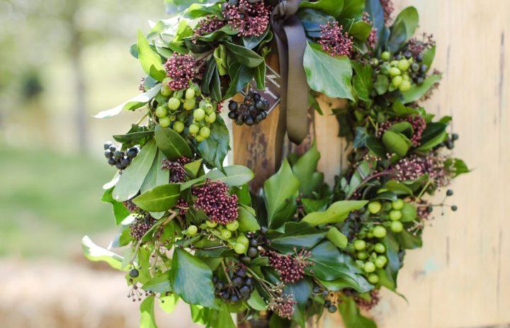 shooting-inspiratino-mariage-couronne-fleurs-baies-feuillage-porte-bois-vintage