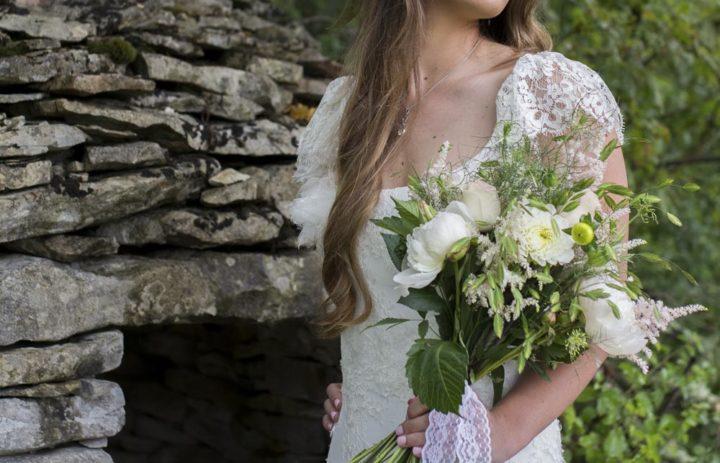 shooting-inspiration-mariage-fleuri-couronne-fleurs-roses-bouquet-blanc